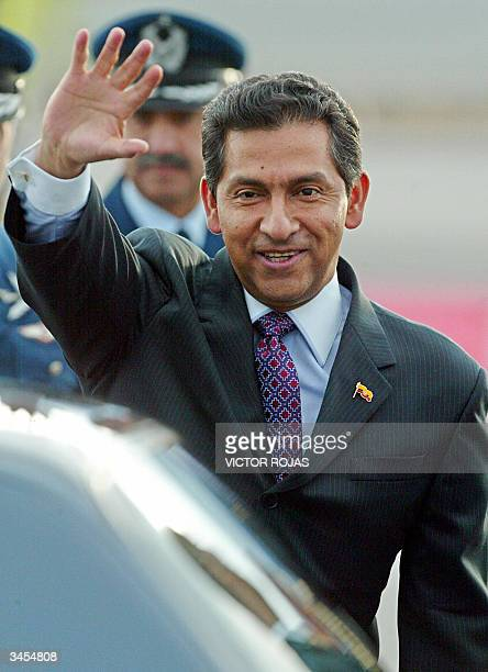 El presidente ecuatoriano Lucio Gutierrez saluda a su llegada al aeropuerto internacional en Santiago, Chile el 21 de abril de 2004. Gutierrez inicia...