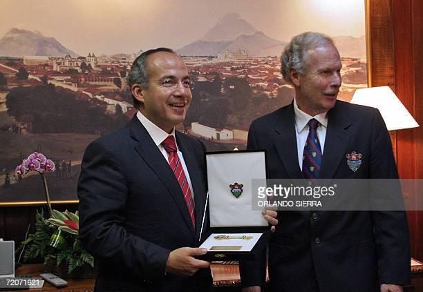 El presidente electo de Mexico Felipe Calderon recibe de manos del alcalde Alvaro Arzu, las llaves de Ciudad de Guatemala, el 02 de Octubre de 2006....