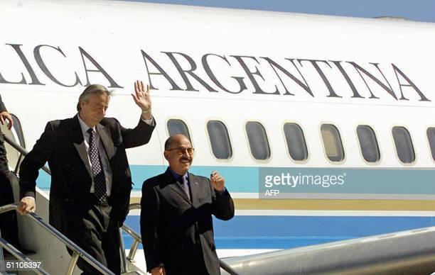 El presidente Nestor Kirchner saluda a su arribo al aeropuerto de Tarija el 22 de julio de 2004. Kirchner visita Bolivia para firmar un acuerdo de...