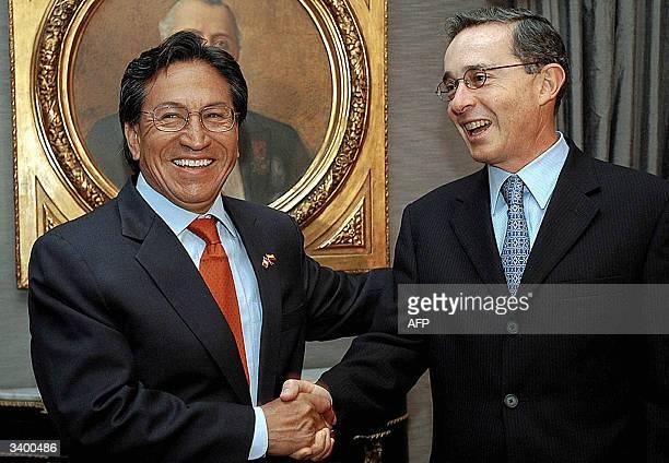 El presidente peruano Alejandro Toledo y su homologo de Colombia Alvaro Uribe estrechan sus manos en la gubernamental Casa de Narino en Bogota el 16...
