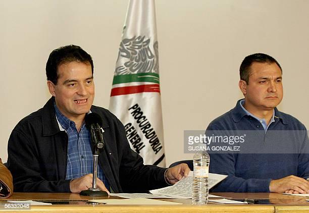El procurador General mexicano Daniel Cabeza de Vaca habla junto al director de la Agencia Federal de Investigaciones Genaro Garcia Luna durante una...