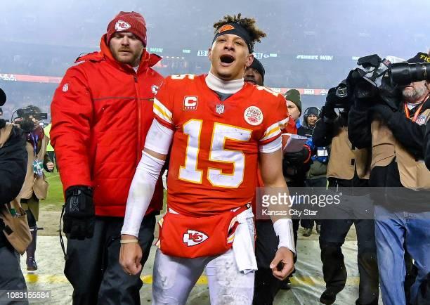 El quarterback de los Chiefs Patrick Mahomes celebra tras la victoria de su equipo ante los Colts en el playoff divisional de la NFL el 12 de enero...