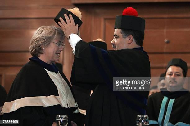 El rector de la universidad de San Carlos Estuardo Galvez le coloca el bonete a la presidenta de Chile Michelle Bachelet al otorgarsele el titulo...