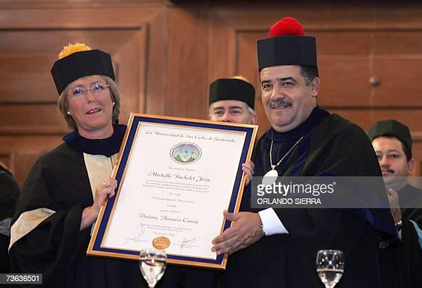 El rector de la universidad de San Carlos Estuardo Galvez le entrega el titulo Doctora Honoris Causa a la presidenta de Chile Michelle Bachelet en...