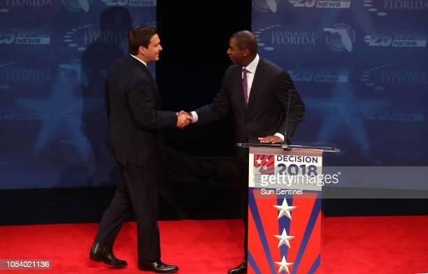 El representante federal Ron DeSantis y Andrew Gillum alcalde de Tallahassee candidatos a gobernador de Florida durante el debate en el Colegio...