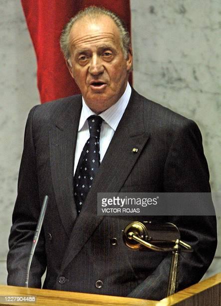 El Rey de España Juan Carlos de Espana ofrece un discurso en el interior del edificio del Congreso chileno en Valparaíso, el 14 de enero del 2004. El...