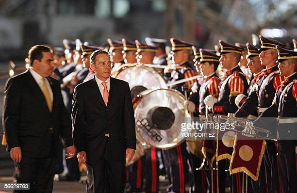 Colombian President Alvaro Uribe with his salvadorean counterpart Antonio Saca looks the troops during a welcoming ceremony 19 January 2006 at the El...
