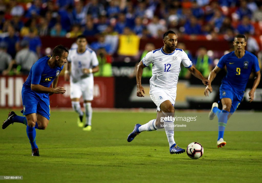11-9-2018 - Amistoso El Salvador 0 Brasil 5. El-salvador-midfielder-jose-arturo-alavarez-races-past-several-brazil-picture-id1031854814