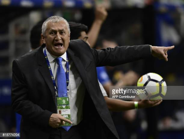 El Salvador's coach Eduardo Lara shouts instructions during the CONCACAF Gold Cup soccer match against Jamaica on July 16 2017 in San Antonio Texas /...