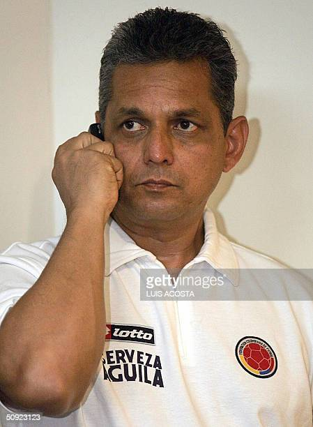 El tecnico de la seleccion Colombia Reinaldo Rueda habla por telefono antes de asistir a una conferencia de prensa en Barranquilla el 3 de junio de...
