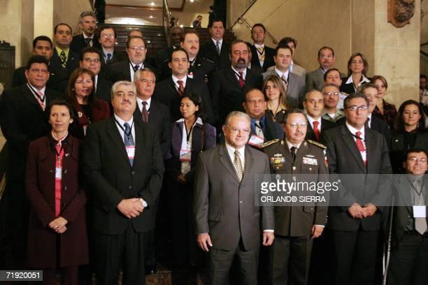 El vice presidente de Guatemala Eduardo Stein participa de la foto oficial con participantes de la II reunion de Secretarios y Ministros de...