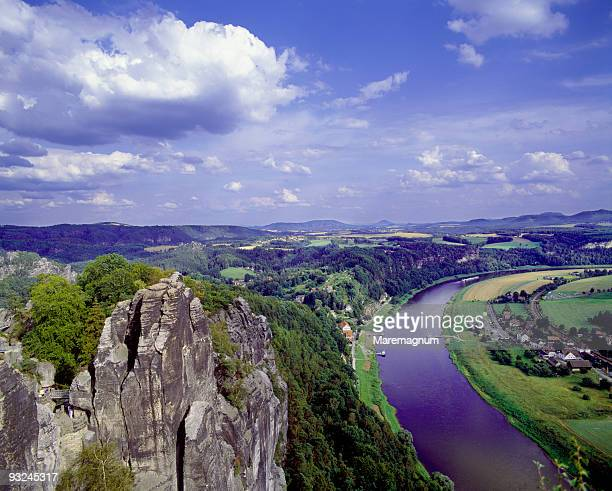 elbe sandstone mountains and the river elbe - エルプサンドシュタイン山地 ストックフォトと画像