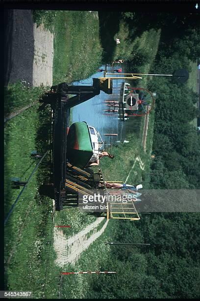 Elblag - Kanal : Segelyacht wird an Land über eine geneigte Ebene gezogen - 1999