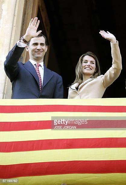 Spain's Prince Felipe and wife Letizia greet members of the public during a visit to the Altamira Palace in Elche 28 March 2006 AFP PHOTO/JOSE JORDAN