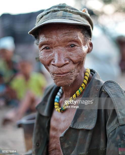 elder bushman hunter, nhoma camp, bushman/ju'hoansi people, namibia - jake warga stock pictures, royalty-free photos & images