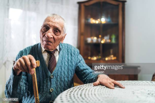 ältester mann mit gehstock - fotostock stock-fotos und bilder
