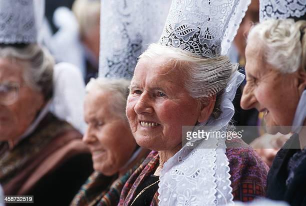 ancien femmes en costumes pays bigouden - bretagne photos et images de collection