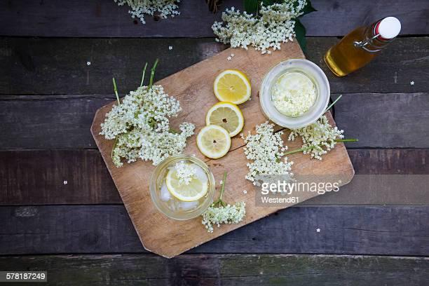 Elderflower sirup, slices of lemon and elderflowers