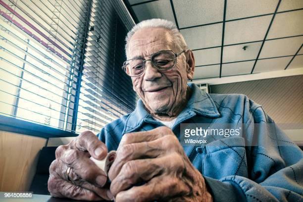 artritis van de bejaarde man probeert te openen van ontbijt koffiemelk container - bloedvat stockfoto's en -beelden