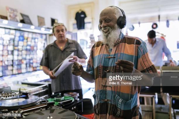 elderly black man with headphones - aktivitäten und sport stock-fotos und bilder
