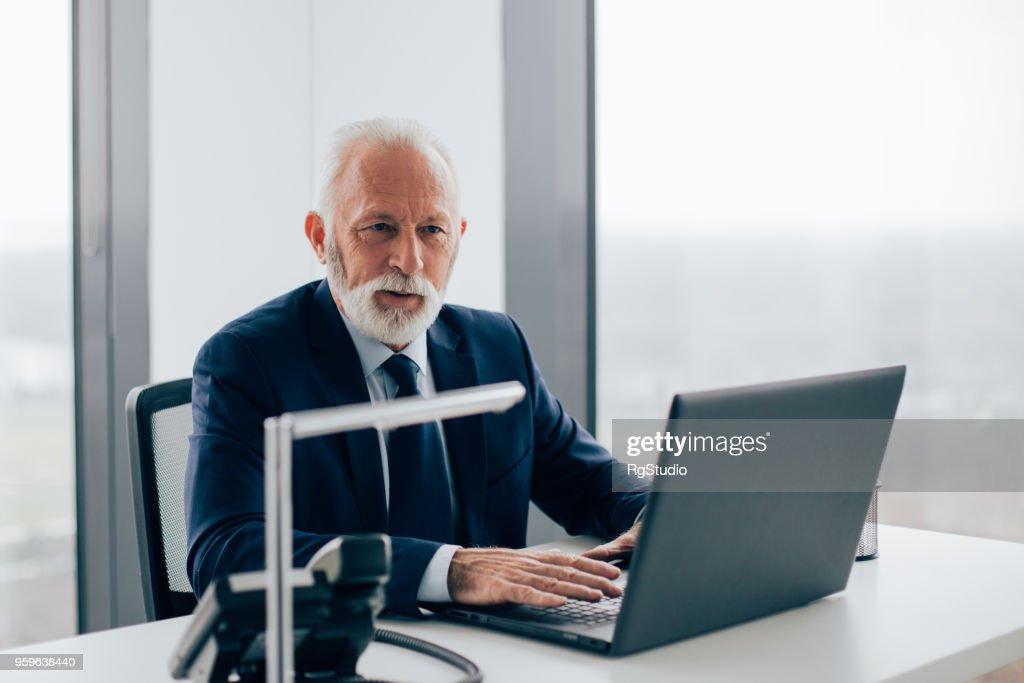 Älteren Geschäftsmann mit laptop : Stock-Foto