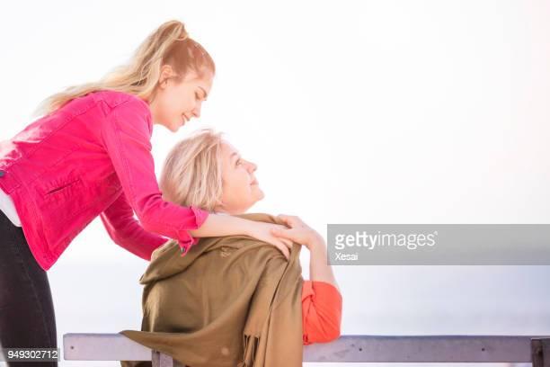 Cuidado de los ancianos viejos y jóvenes