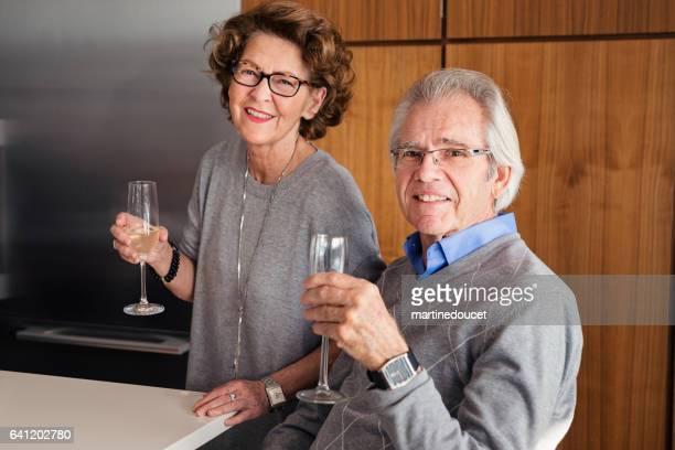 """家族のお祝いでシャンパンを飲む老夫婦。 - """"martine doucet"""" or martinedoucet ストックフォトと画像"""