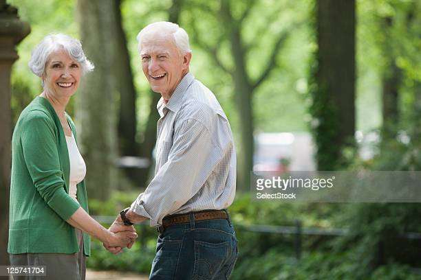 Älteres Ehepaar Blick zurück auf Kamera Lächeln