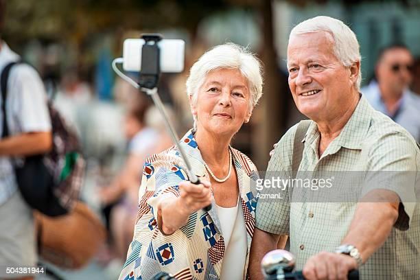 Älteres Ehepaar auf der Stadt-Straße nehmen selfie