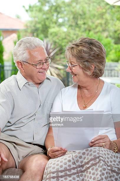 Ältere paar reden und Lächeln