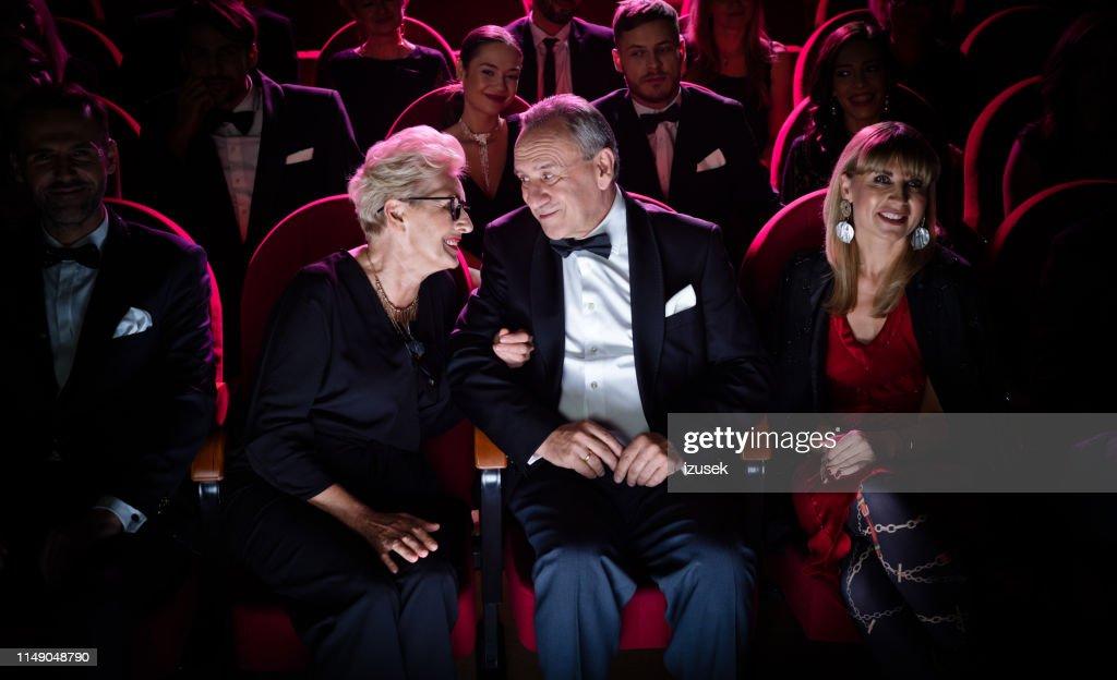 劇場に座りながら話をする老夫婦 : ストックフォト