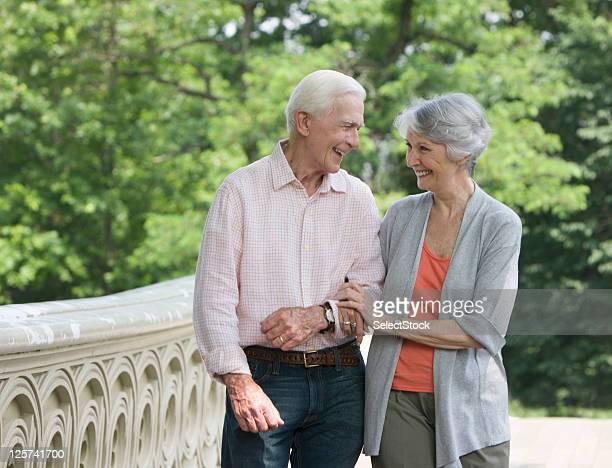 anziani coppia a piedi nel parco sorridente - città di west new york new jersey foto e immagini stock