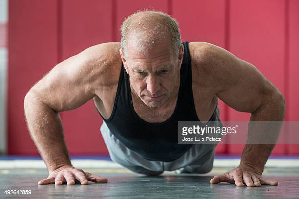 elderly man doing push-ups - west new york new jersey - fotografias e filmes do acervo