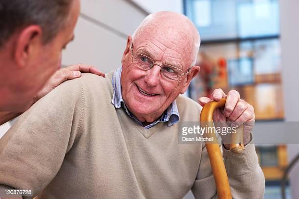 Homem idoso ter uma conversa