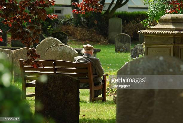 Älterer Mann in einem Kinderfriedhof