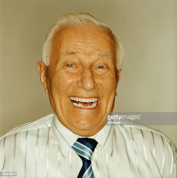 elderly man laughing, portrait - microzoa stockfoto's en -beelden