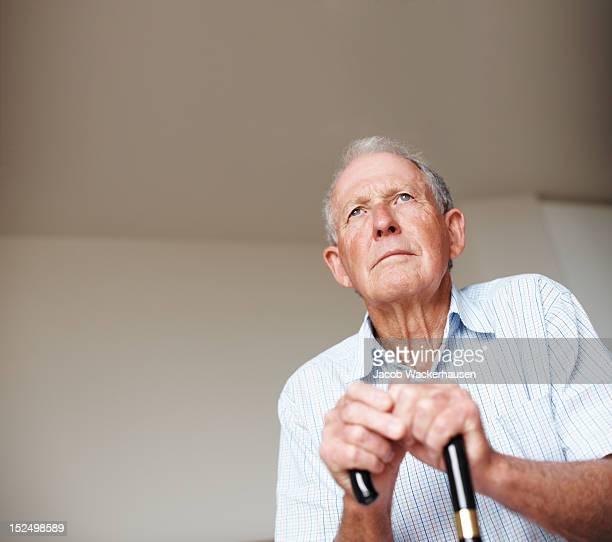 Älterer Mann Wegsehen