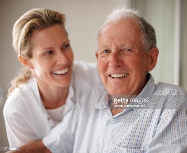 Vieil homme en fauteuil roulant avec une infirmière