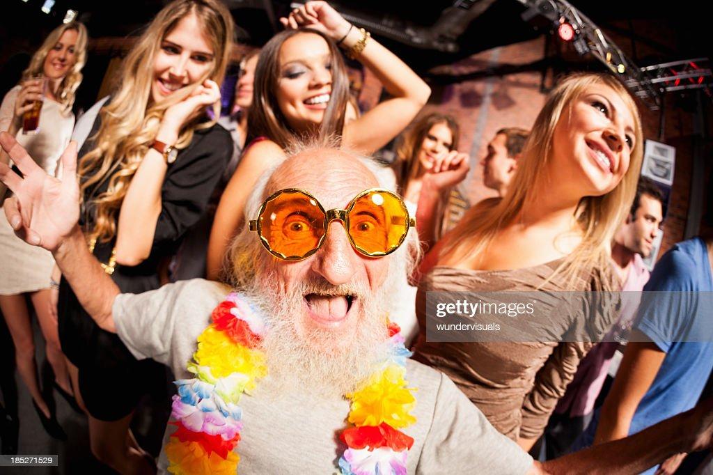 Vieil homme photographié au fisheye objectif de fête : Photo