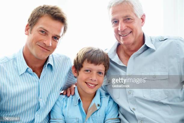 Vieil homme souriant avec son fils et petit-fils