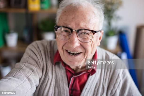 Älterer Mann nehmen selfie