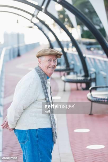 老人の歩行者専用道路で散歩 - 後ろ手 ストックフォトと画像