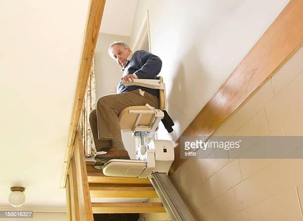 homem idoso usando um elevador de escada - elevador de escada imagens e fotografias de stock