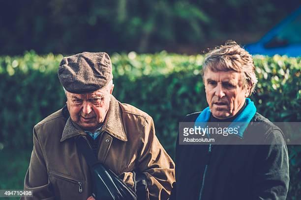 Homem idoso a andar pau e do seu adjunto, a Europa