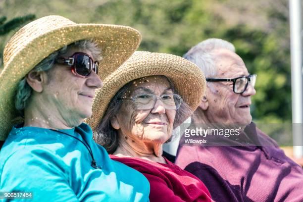 Ouderen moeder met trieste melancholie glimlach zitten met Senior volwassen familie