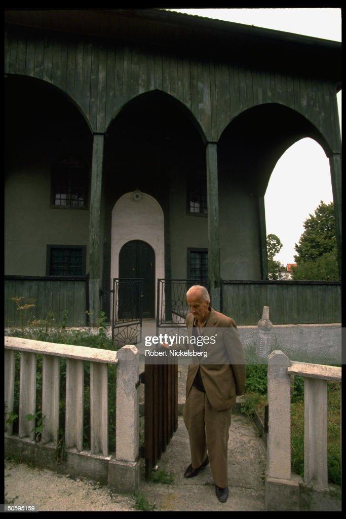 Elderly Muslim waiting outside for praye : News Photo