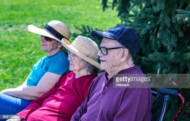 Bejaarde ouders en Senior Adult Home Caregiver dochter samen ontspannen