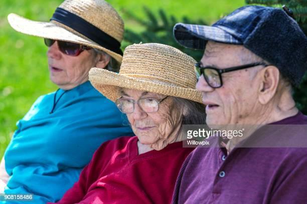 Bejaarde ouders en Senior Adult Home Caregiver dochter buiten zitten