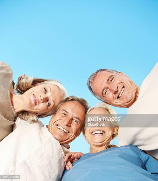 Personnes âgées appréciant dans un groupe Se regrouper