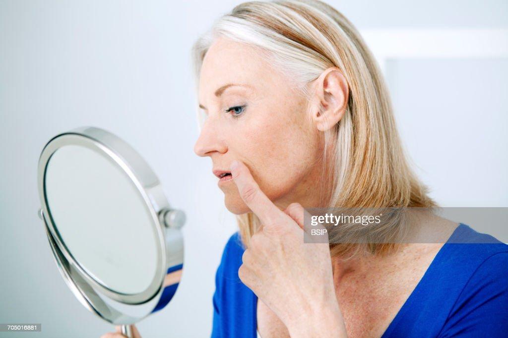 Elderly person with mirror : Foto de stock
